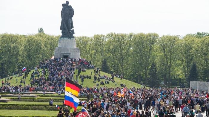 Тысячи человек пришли в германский Трептов-парк, чтобы возложить цветы