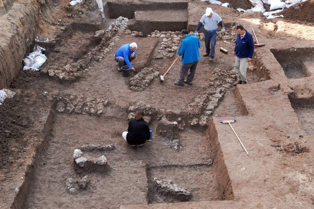 Насеверо-востоке Китая строители отыскали древнейшую гробницу сартефактами