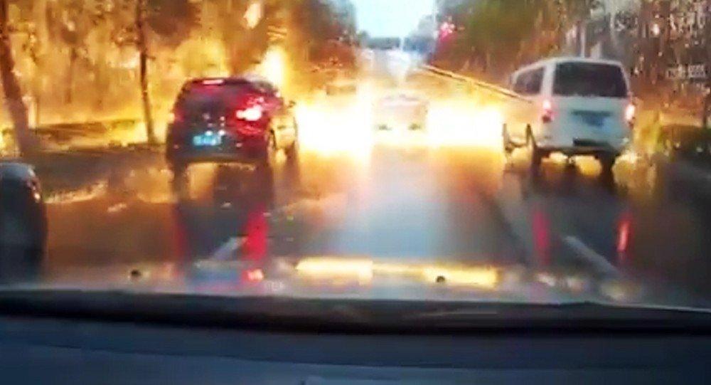 Удар молнии вызвал «огненный дождь» наоживлённой улице в КНР