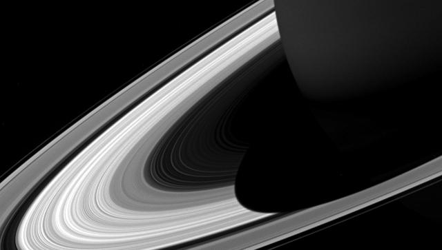 'Кассини запечатлел гигантскую тень Сатурна на его кольцах