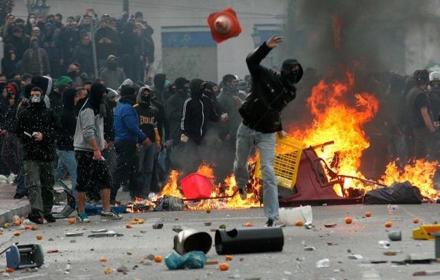 ВГреции анархисты забросали полицейских бутылками сзажигательной смесью