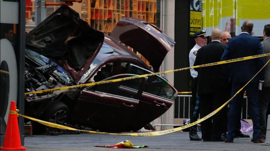 ВНью-Йорке автомобиль протаранил толпу людей: необошлось без жертв