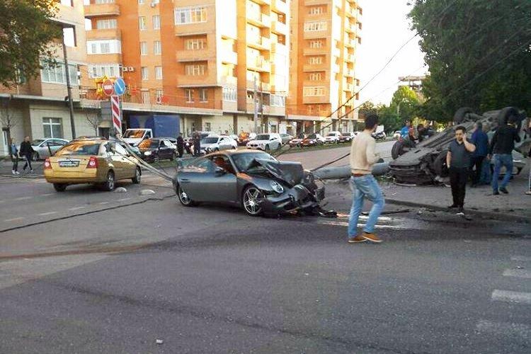 ВРостове Порше Carrera врезался вавтомобиль ипротаранил столб