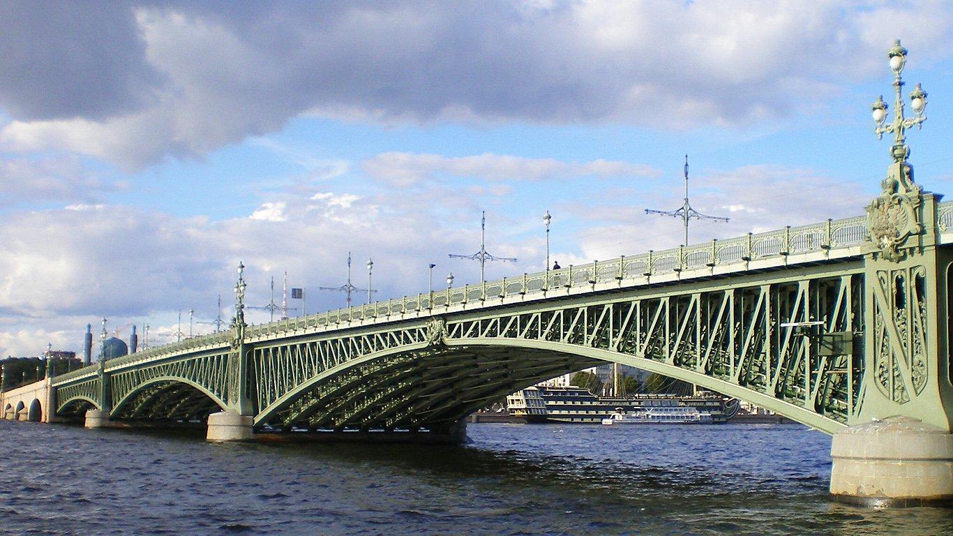 ВПетербурге перекрывали Троицкий мост из-за подозрительного предмета