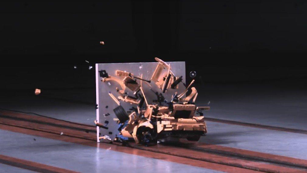 Вглобальной паутине появилось видео краш-теста игрушечного Порше изконструктора Lego