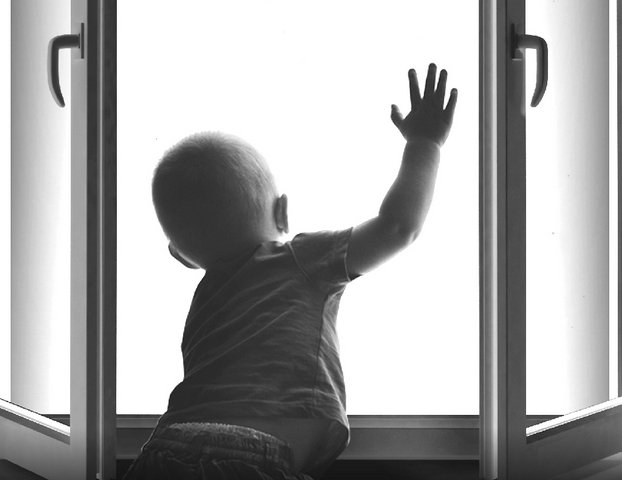 ВБийске полуторагодовалый ребенок выпал изокна из-за недосмотра родителей