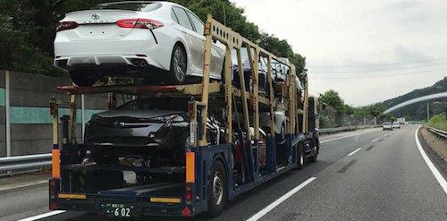 Обновленную Toyota Camry запечатлели на автовозе