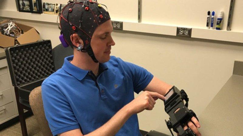 Ученые США создали шлем, который позволяет управлять парализованными руками