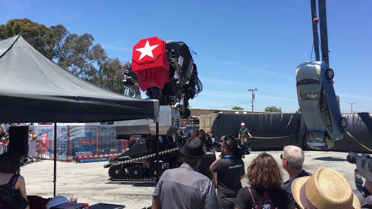 ВСША боевой человекоподобный робот напал наавтомобиль?