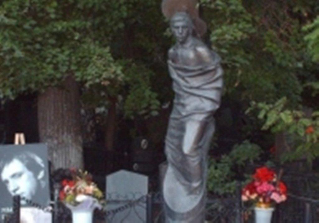 НаВаганьковском кладбище полицейские обнаружили безумно избитую женщину