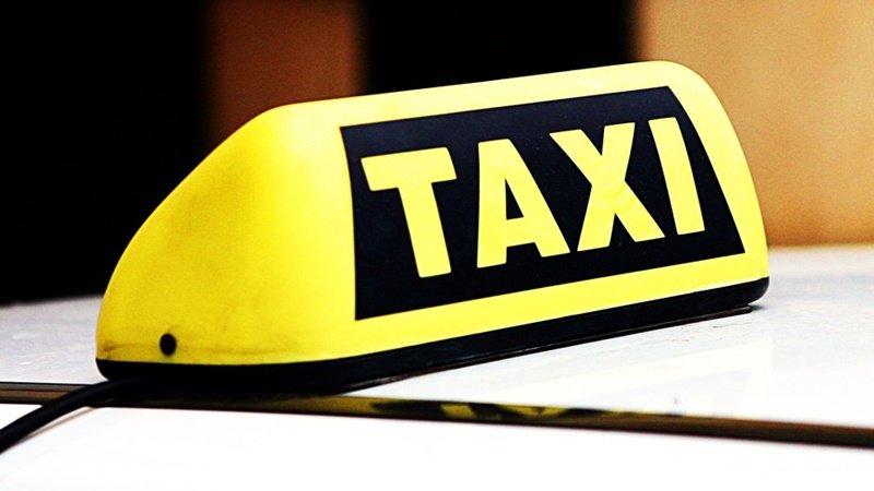В отсек для груза запихнул клиента омский таксист