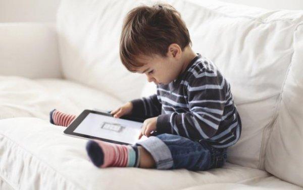 Ученые рассказали о рисках использования смартфонов маленькими детьми