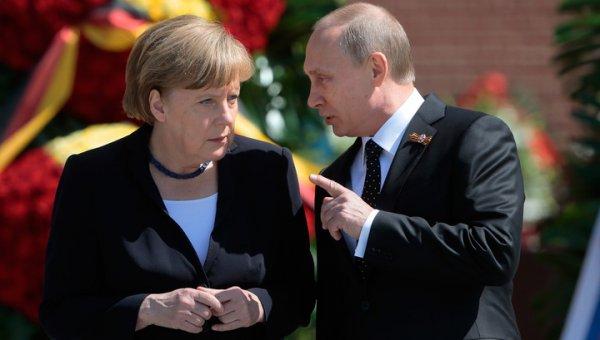 В Сочи Путин по-дружески помахал Меркель рукой на прощание