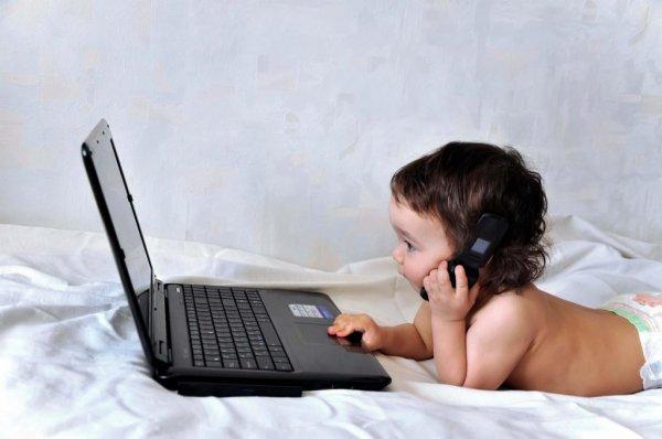 Ученые: Смартфоны замедляют развитие речи у детей до двух лет