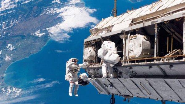 На МКС астронавты заменят компьютер в открытом космосе