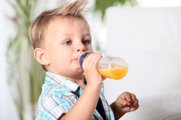 Ученые не рекомендуют пить сок детям до года