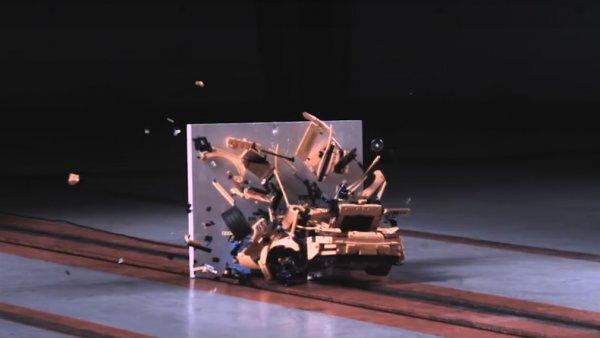 В сети представлено видео краш-теста Porsche из конструктора Lego