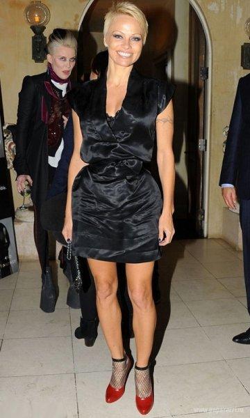 Памела Андерсон в эротичном платье покорила Монако