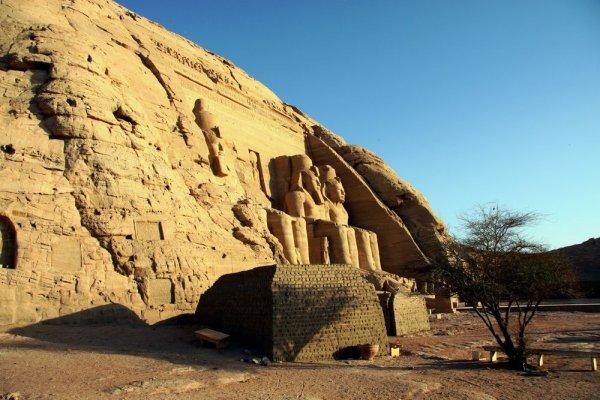Археологи нашли в Верхнем Египте основание храма фараона Сенусерта II