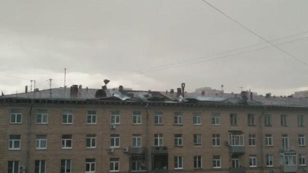 Из-за урагана в Москве у пятиэтажки снесло крышу