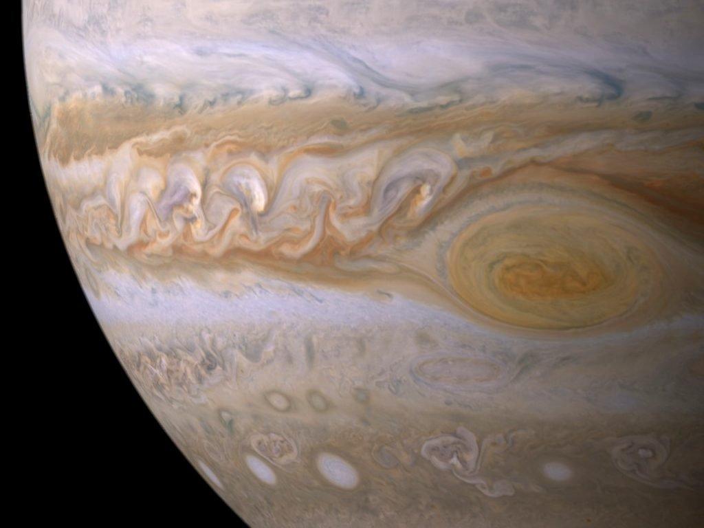 Ученые смонтировали видео полета над гигантскими ураганами Юпитера
