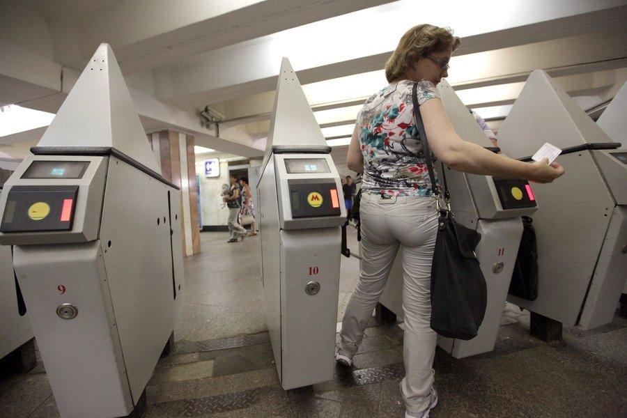 Всамарском метро турникеты начали принимать банковские карты