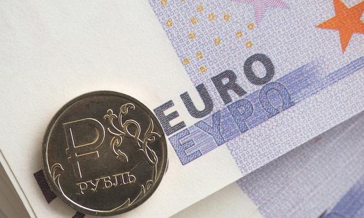 Официальный курс доллара поднялся до56,98 рубля