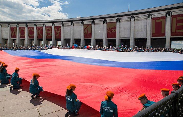 В столице  наПоклонной горе развернули наибольший  русский  флаг
