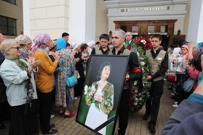 Снародной артисткой ТАССР Альфией Авзаловой простились сегодня вКазани
