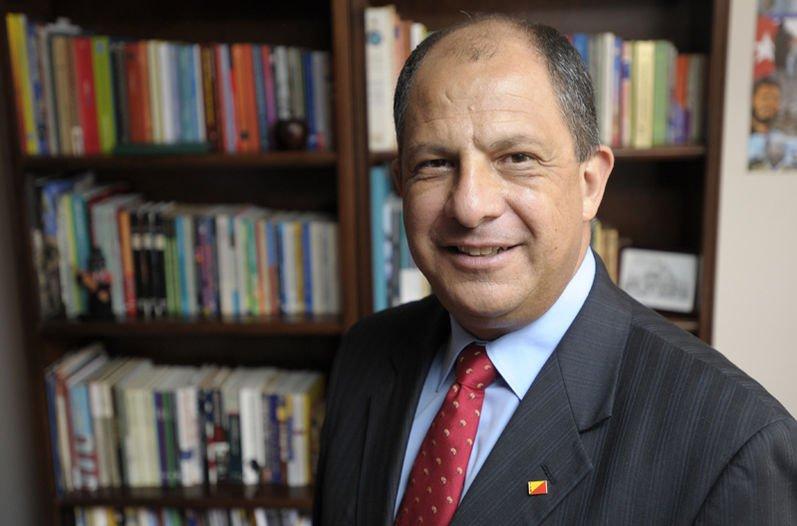 Президент Коста-Рики вовремя интервью проглотил осу