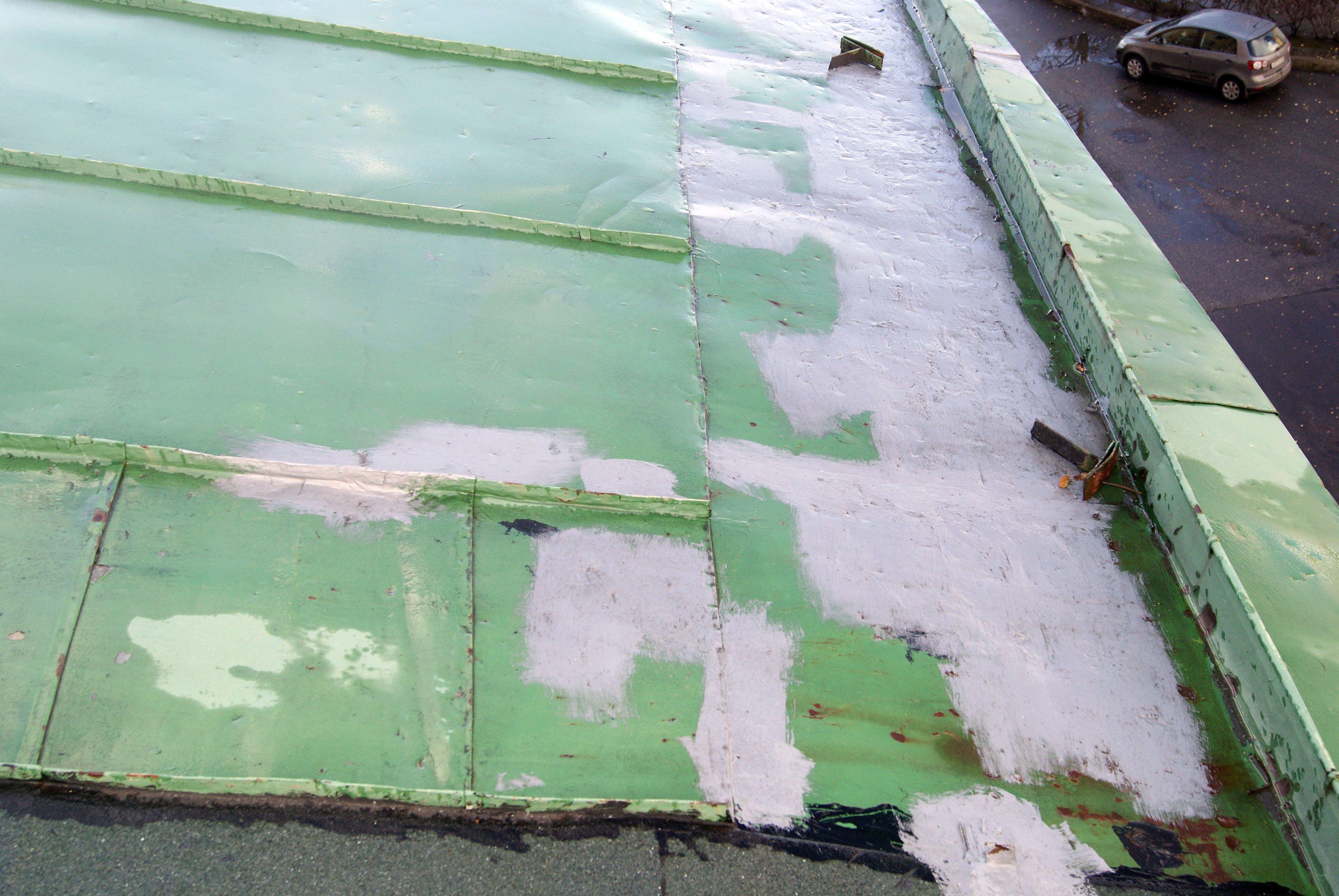 ВЖуковскомУК заделывает дыры накрыше дома полиэтиленовыми пакетами