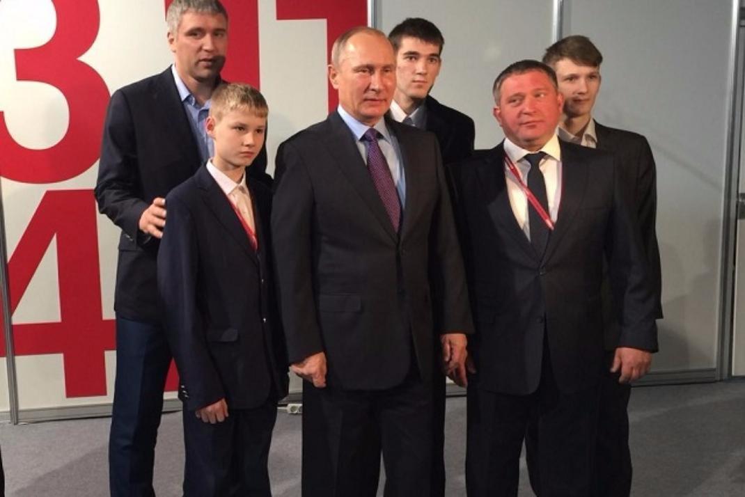 Владимир Путин подарил красноярской команде «Тотем» форму имяч сосвоим автографом