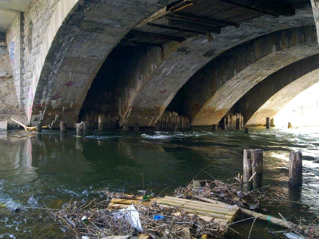 Мертвого человека отыскали под мостом вцентральной части Москвы