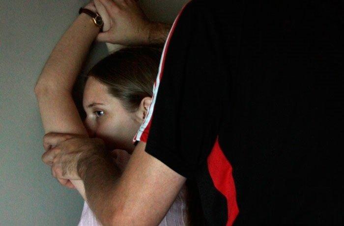Гражданин Хабаровского края неменее 700 раз надругался над приемными дочерьми— СКРФ