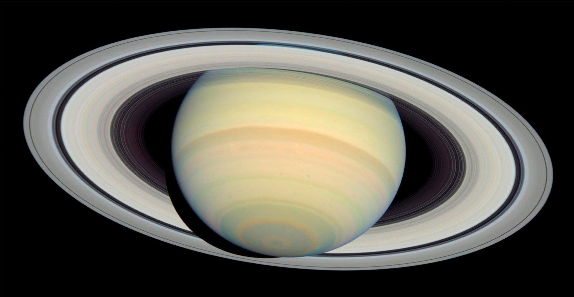 ВNASA сняли уникальные кадры заката наСатурне