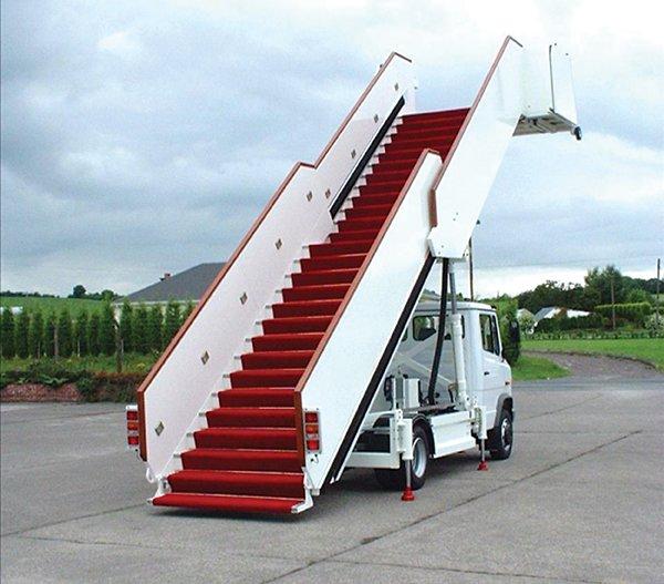 Авиакомпания заставила пассажира-инвалида подниматься наборт ползком
