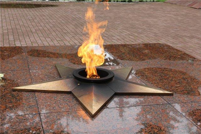 Две девушки подожгли знаменитый венок намемориале вЮжноуральске