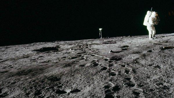 Ученые нашли загадочный лед на Луне