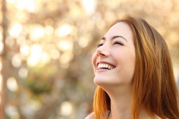 Жительница Британии дважды сломала шею из-за смеха и чихания