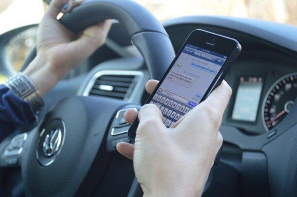 Ученые: Разговор по смартфону за рулем губит интеллект