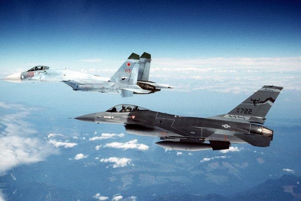 Пентагон разместил кадры перехвата российским СУ-27 бомбардировщиков США