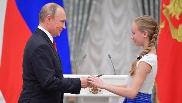 Путин вручил паспорта и провел экскурсию по Кремлю выдающимся школьникам