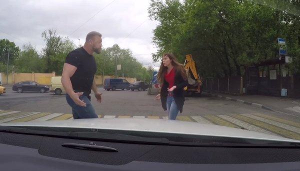 Сеть покорило видео, как хрупкая девушка нокаутировала накаченного водителя