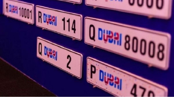 В Дубае на автомобиль можно повесить номерной знак с датой рождения