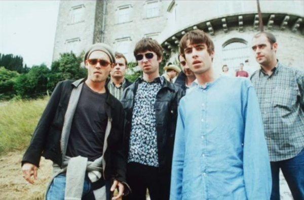 На музыкальном фестивале для Джони Деппа и музыканта из Oasis заказали 20 литров водки