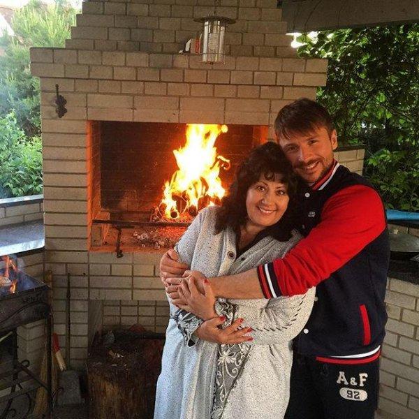 Сергей Лазарев опубликовал фото с мамой