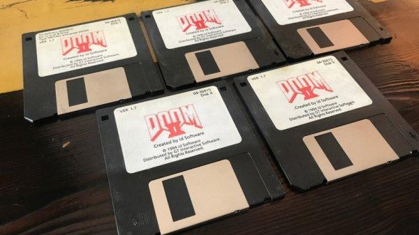 Джон Ромеро продает оригинальные дискеты с Doom II