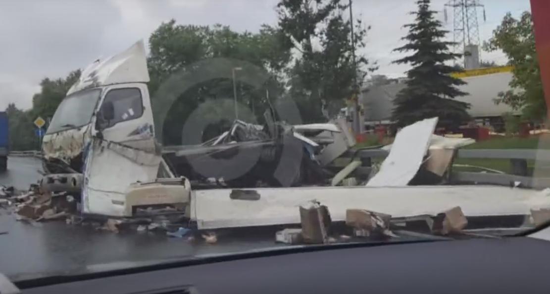 После ДТП с грузовым автомобилем МКАД завалило сосисками