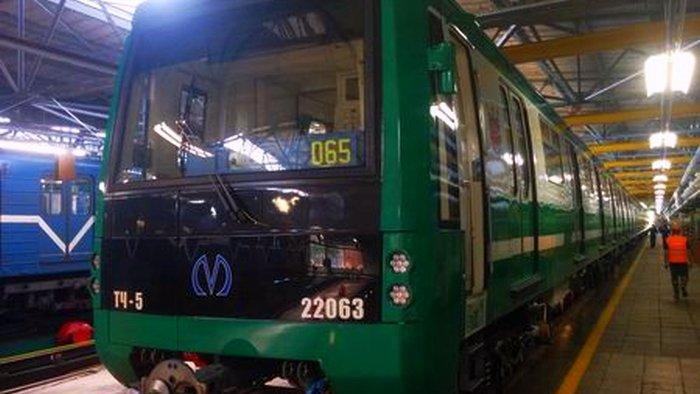 Вметро Петербурга появился 1-ый энергосберегающий состав зеленого цвета