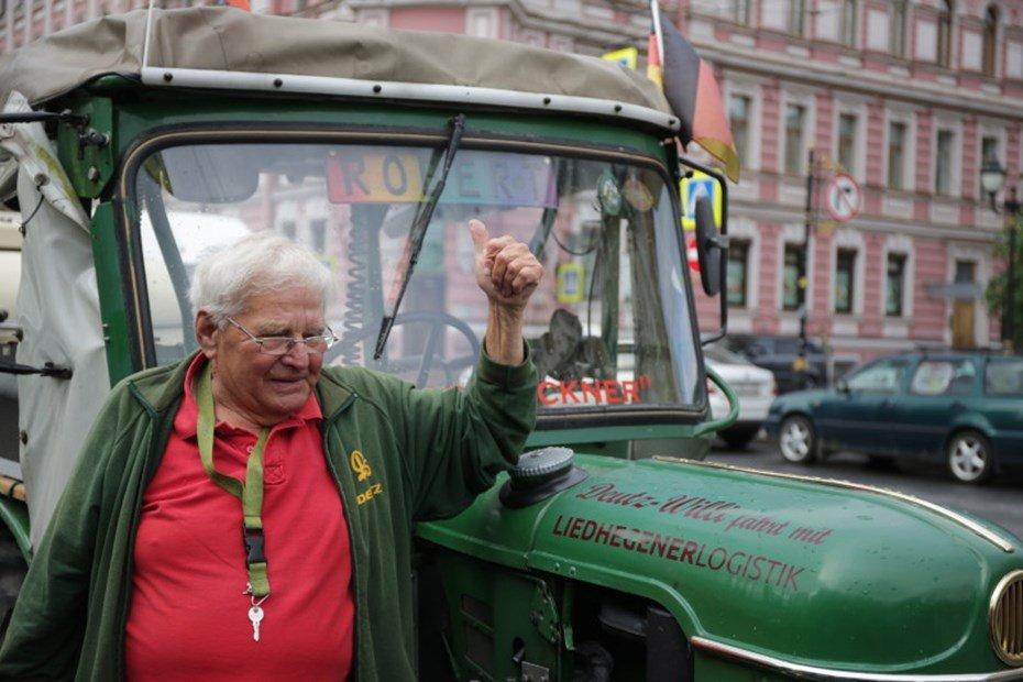 81-летний пенсионер изГермании месяц ехал вСанкт-Петербург натракторе